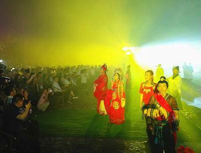 5月6日晚,大型园林式实景演出《寻梦牡丹亭》在江西省抚州市文昌里试演。图为《三生圆梦》剧照。王剑 摄 王剑 摄