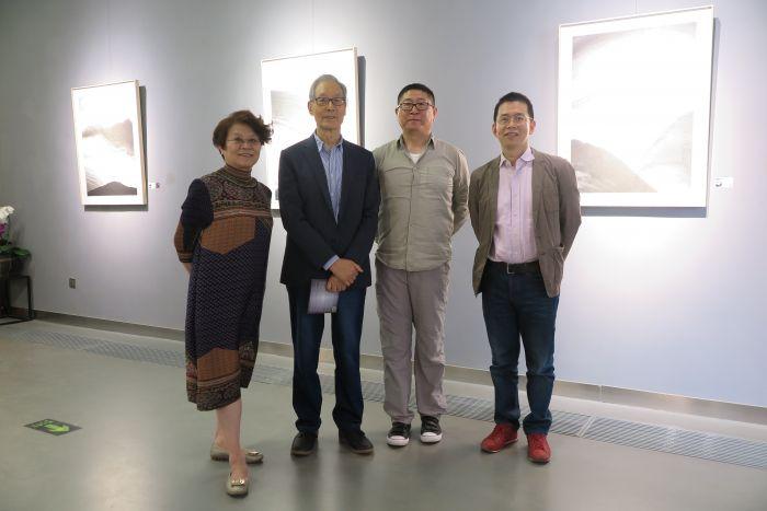 左至右:艺栈空间负责人丁韵秋,批评家水天中,艺术家张朝晖,艺术总监石建邦