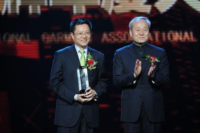 """2012年荣获""""中国服装品牌年度成就大奖"""""""