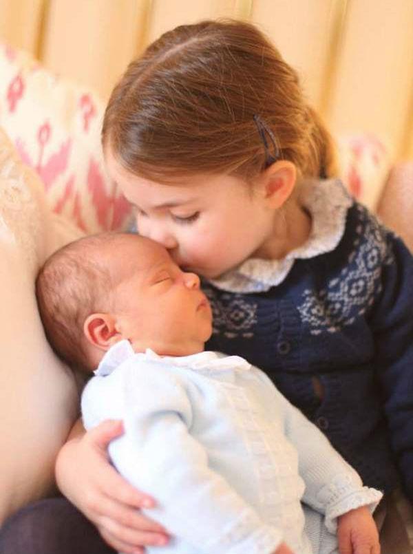 夏洛特公主亲吻弟弟路易斯王子(图片来源于dailymail)