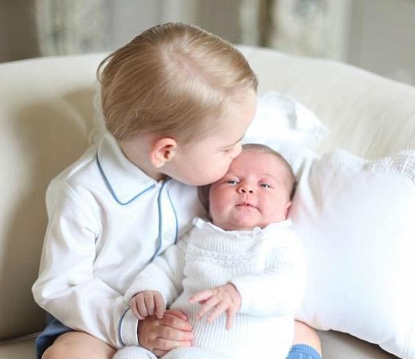 乔治亲吻夏洛特(图片来源于dailymail)