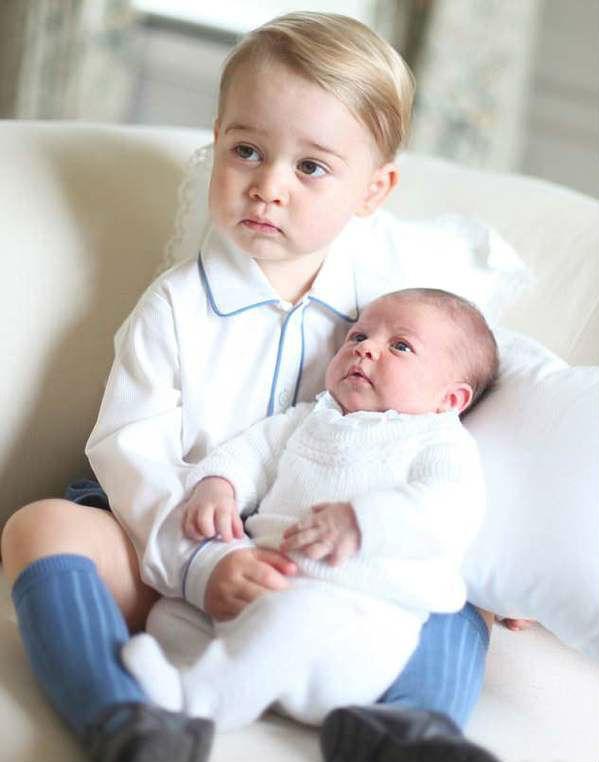 乔治抱着妹妹夏洛特(图片来源于dailymail)
