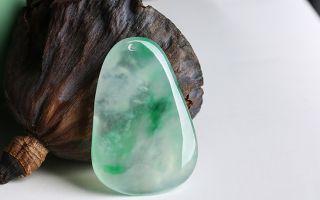 翡翠纯玻璃种和玻璃种飘花 哪个更值钱?