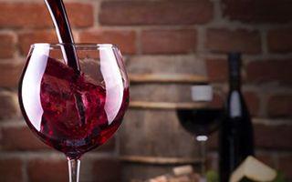 越来越大的葡萄酒杯