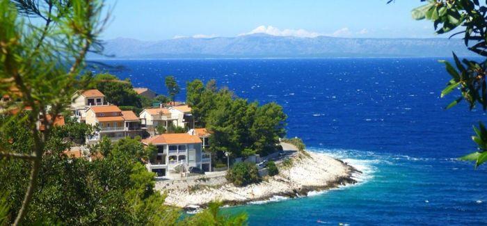 在蔚蓝的亚得里亚海中畅泳