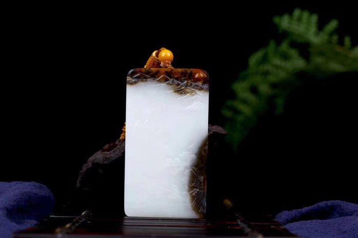 玉雕山水牌保存着传统山水画的精髓,一山一水,就是整个自然,一鸟一树