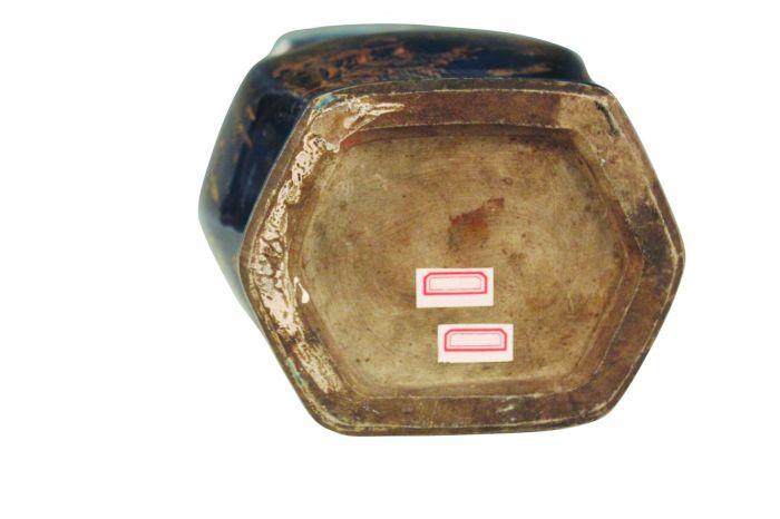 图2-2 清景德镇窑霁蓝釉描金双兽耳瓷瓶底部