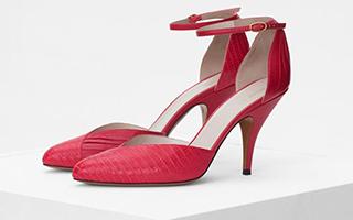 """红色凉鞋 足尖的""""指甲油"""""""