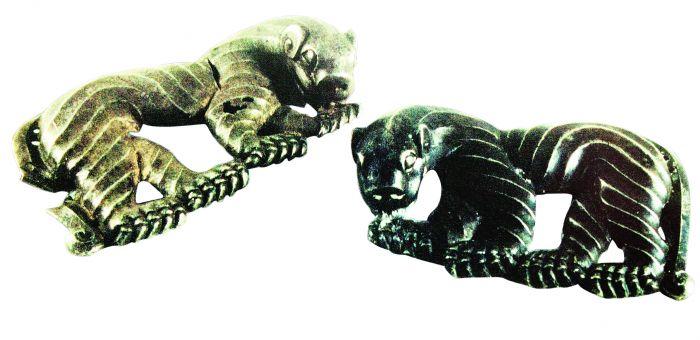 图3 战国银双虎