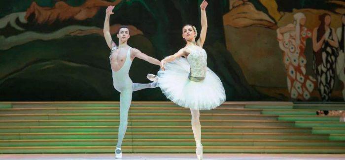 芭蕾童话《灰姑娘》中真的只有一只水晶鞋吗?