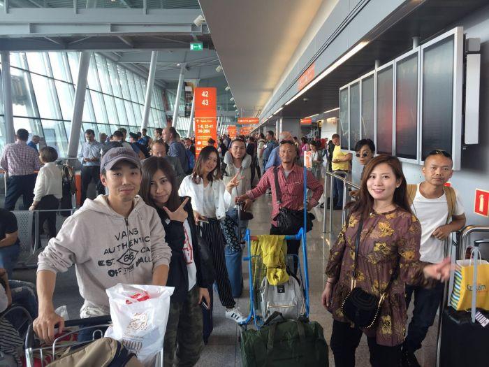 1.观光客在机场