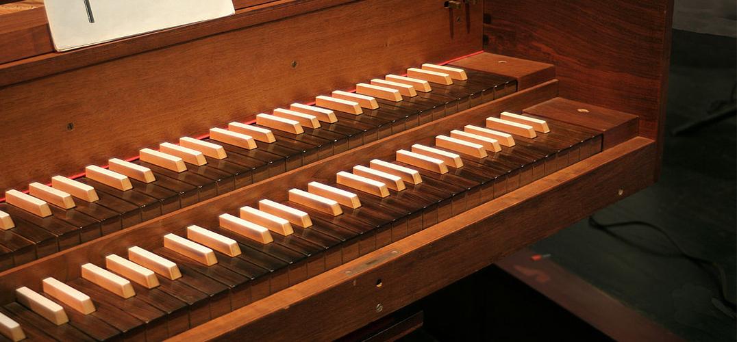 当古老的羽管键琴琴声响起时