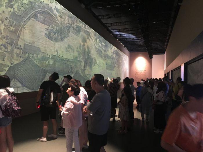 观众参观第一展厅2