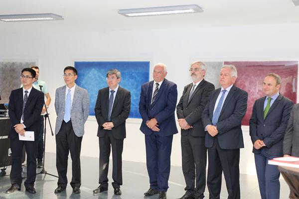 4.保加利亚文化部副部长迪米特夫(左四)、中国驻保加利亚大使张海舟(左三)、罗马尼亚驻保加利亚大使噶雷尔(右一)、塞尔维亚驻保加利亚大使车尔古斯(右二)、 波黑驻保加利亚大使波格达诺维奇(右三)、中国驻保加利亚大使馆文化参赞顾洪兴(左二)、索非亚中国文化中心主任屠雪松(左一)等在展览开幕式现场