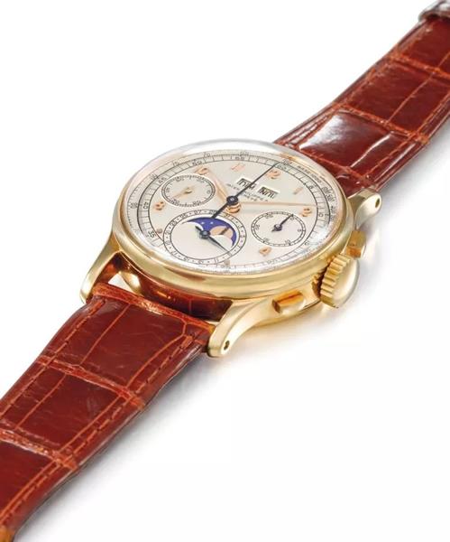 极为精致、罕见且历史悠久的18k金百达翡丽万年历计时腕表,显示月相盈亏,1944年制,直径35 mm.。2014年11月9日在佳士得日内瓦以425,000瑞郎成交