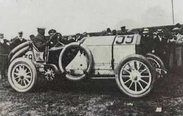 1908年款奔驰120马力大奖赛双座赛车。1973年在佳士得日内瓦以280,000瑞郎成交
