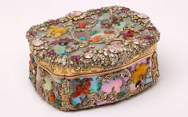 腓特烈大帝的鼻烟盒。1982年在佳士得日内瓦以1,400,000瑞郎成交。图片:© Victoria & Albert Museum, London/courtesy of The Rosalinde & Arthur Gilbert Collection