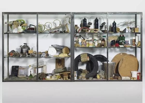 彼得·费茨利和大卫·威斯《事物之道》,1987年作,145 x 145 x 57 cm.。2008年12月1日在佳士得苏黎世美术馆举行的拍卖会上以1,020,000瑞郎成交。© Peter Fischli David Weiss, Courtesy Galerie Eva Presenhuber, Zurich New York