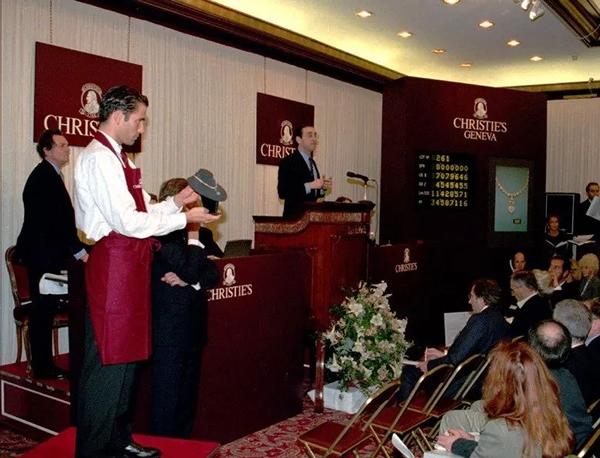 1995年,佳士得时任日内瓦总裁高逸龙(右)在日内瓦将这枚贵夫人蓝钻以8,803,500瑞郎拍出。图片:AP/Rex/Shutterstock
