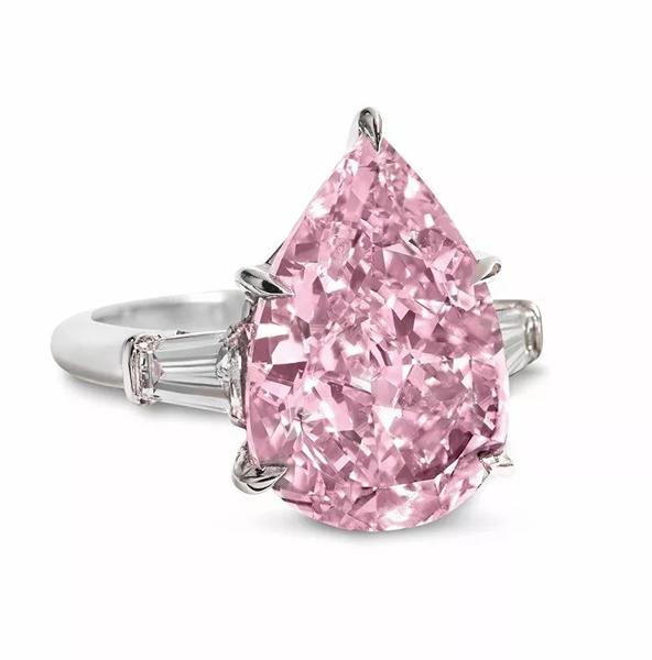 罕见彩钻戒指。2016年11月15日在佳士得日内瓦以18,127,500瑞郎成交