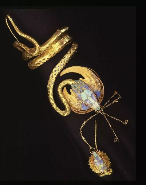 乔治·弗奎特蛇形手镯,由阿尔丰斯·慕夏设计。1987年在佳士得日内瓦以1,045,000瑞郎成交