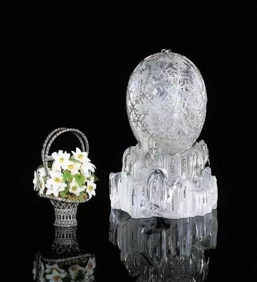 这枚意义重大的法贝热御用复活节彩蛋起初由沙皇尼古拉二世赠送给他的母亲玛丽亚·费奥多罗夫娜皇太后,作为1913年的复活节礼物。2002年4月19日在佳士得纽约以9,579,500美元成交