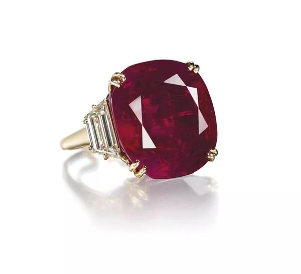尼娜·黛尔的黑珍珠项链。1969年在佳士得日内瓦以580,000瑞郎成交