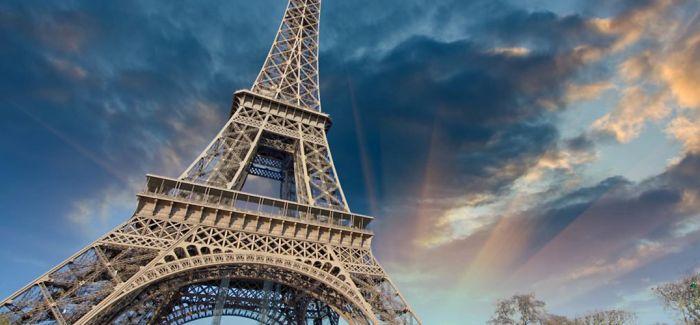 埃菲尔铁塔脚下看展览