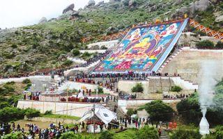 巨幅唐卡迎接西藏雪顿节