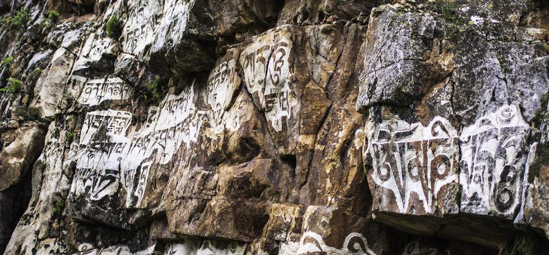 青海境内发现一处保存完整的摩崖石刻藏经