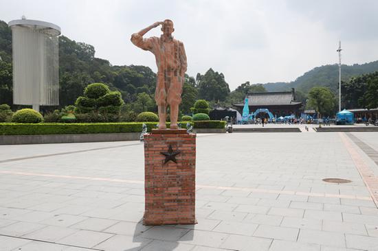 戴耘《致敬》高 3.33米 底座高1.4米 红砖、水泥、钢筋