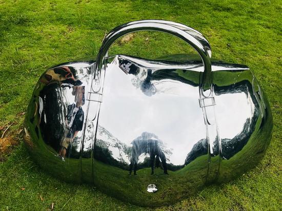 李铭燃《承载》150X85X95cm 高铬不锈钢 2012年