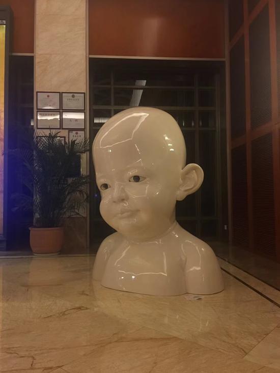 姜杰《在》200X160X140cm 树脂、漆、玻璃 2001年