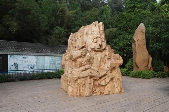 陈曦《正在显形》直径300cm 高400cm 空心樟木 2017年