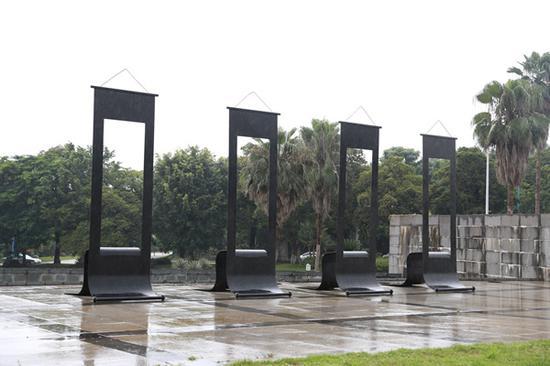 傅中望 《四条屏》单体尺寸 300X90X150cm 铁 2001年