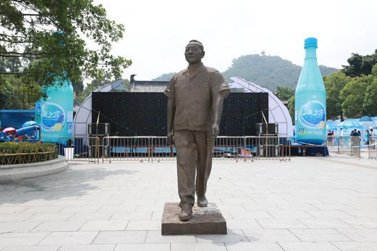 李鹤《邓小平像》200×130cm 铜像