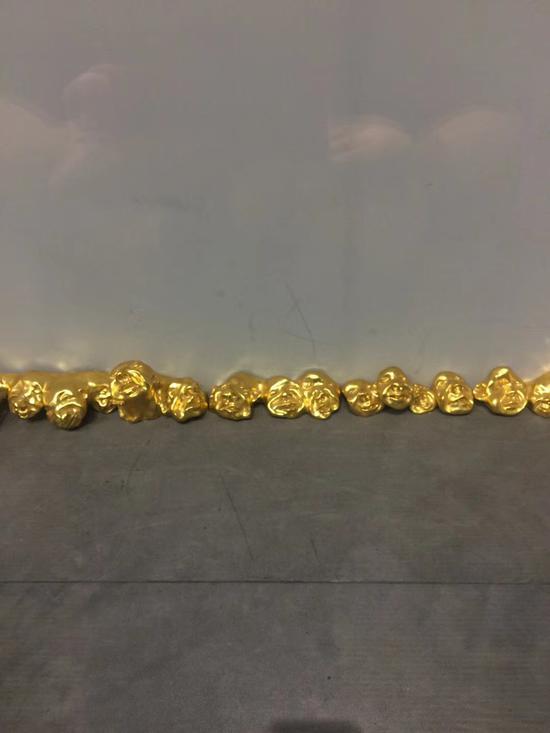 方力钧《23pieces》15×15×600cm 铜、金粉 2005年