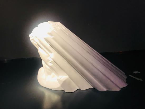 欧阳苏龙《光的形状》宽180深150高110cm 树脂喷漆 2011年