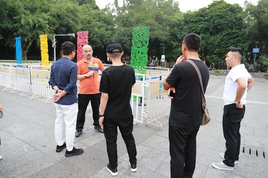 艺术家任戎在旗峰山公园展览现场接受新浪雕塑采访
