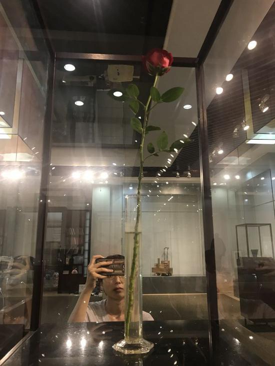 约瑟夫·博伊斯 (Joseph Beuys 德国)《为了爱而生存》尺寸可变 量杯、玫瑰 1975年