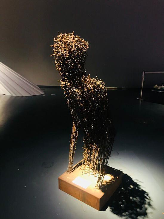 艾松《焦虑中的男子》50x64x125cm 铁刺 2013独版
