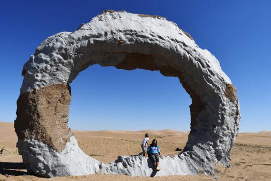 展出的沙漠雕塑作品 中国文化产业促进会文化遗产保护委员会会长、《雕塑》杂志执行主编宋伟光说,中外艺术家们齐心协力,倾力打造创造出了属于民勤的文化地标,创造出了沙漠之中的一道绿色的文化风景线。这次创作营活动,以艺术的方式唤起沙漠的沉睡,我们有理由相信,当民勤这种自强不息的精神与文化的力量相连时,定会产生一种更加强大的创造力和文化自信。