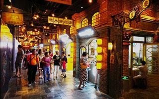 老上海风情街日益火爆 老年群体成消费主力