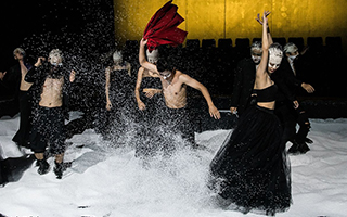 孟京辉首个四面舞台剧《莎士比亚和狼》展现先锋风格