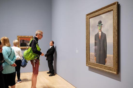 """""""雷尼·马格利特:第五季""""展厅现场,右侧作品为《人类之子》"""