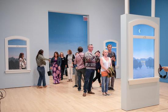 观众在马格利特解说展厅现场进行互动