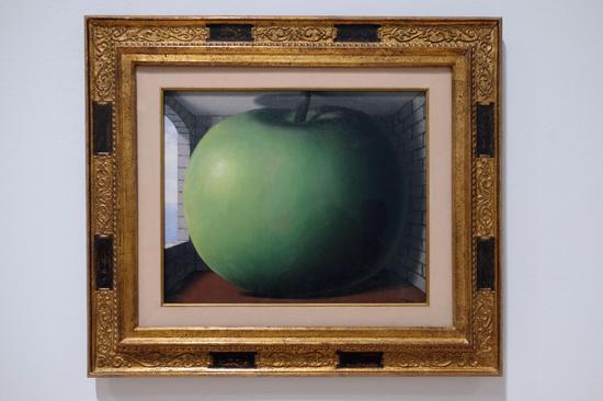 马格利特,《听音室》(The Listening Room),布面油画,1958年