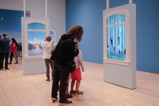 观众在马格利特解说展厅现场进行互动2