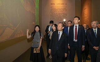 刘长乐陪同日本自民党干事长二阶俊博参观故宫