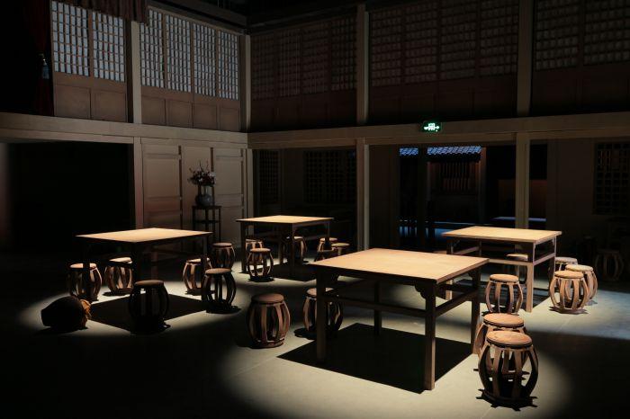 2、进入孙羊店,观众们在这四张桌子上落座。